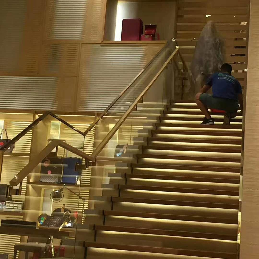 LV 店铺楼梯翻新中
